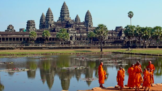Buddhist_monks_in_front_of_the_Angkor_Wat-Cambodia