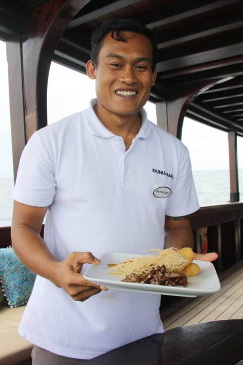 Dunia Baru's chef presents local specialties.