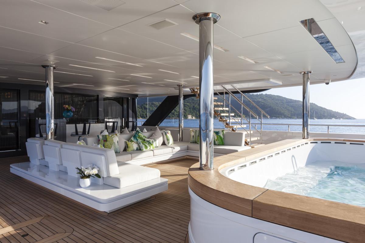 Admiral QUINTA ESSENTIA — Main deck aft