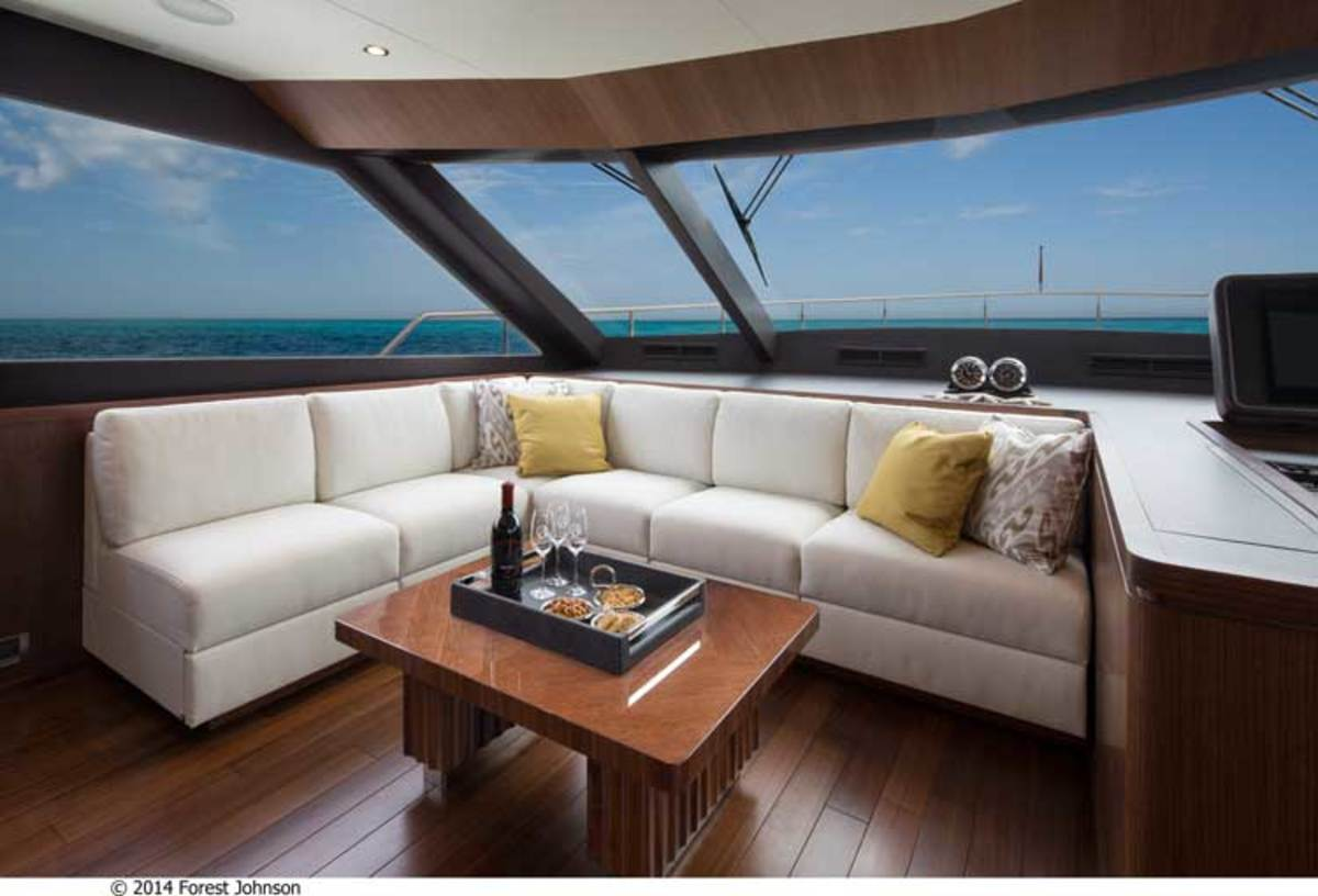 Settee lounge on the Ocean Alexander 100 Motoryacht