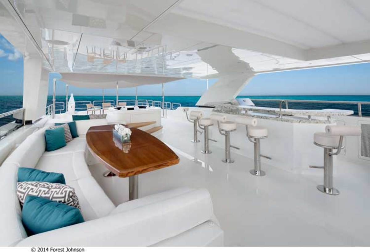Flybridge on the Ocean Alexander 100 Motoryacht