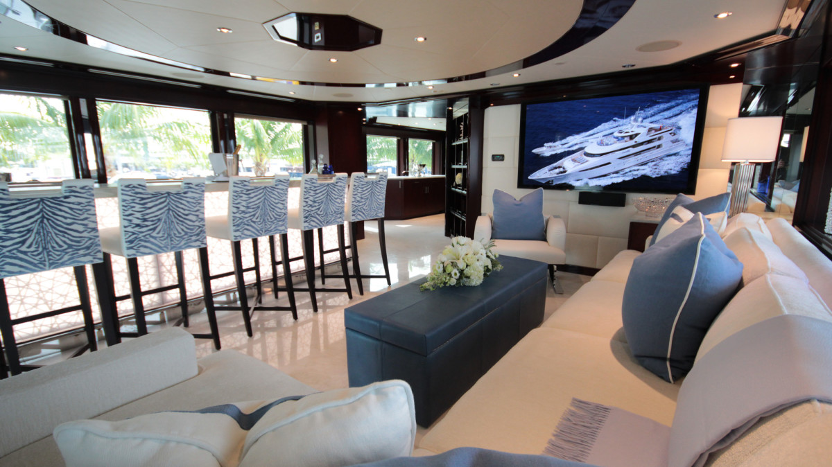 Previous charter experiences taught the owner to put a big bar with lots of stools in the sky lounge for family fun.