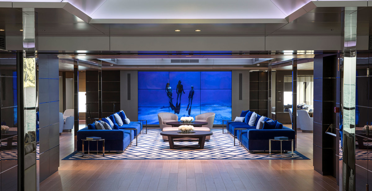 In the salon, nine screens create one that can be synchronized to show a single large image, videos or any other type of projection.