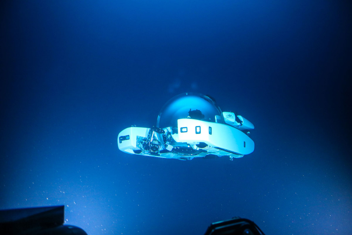 Triton-3300-6-under-water-(c)Triton-Submarines