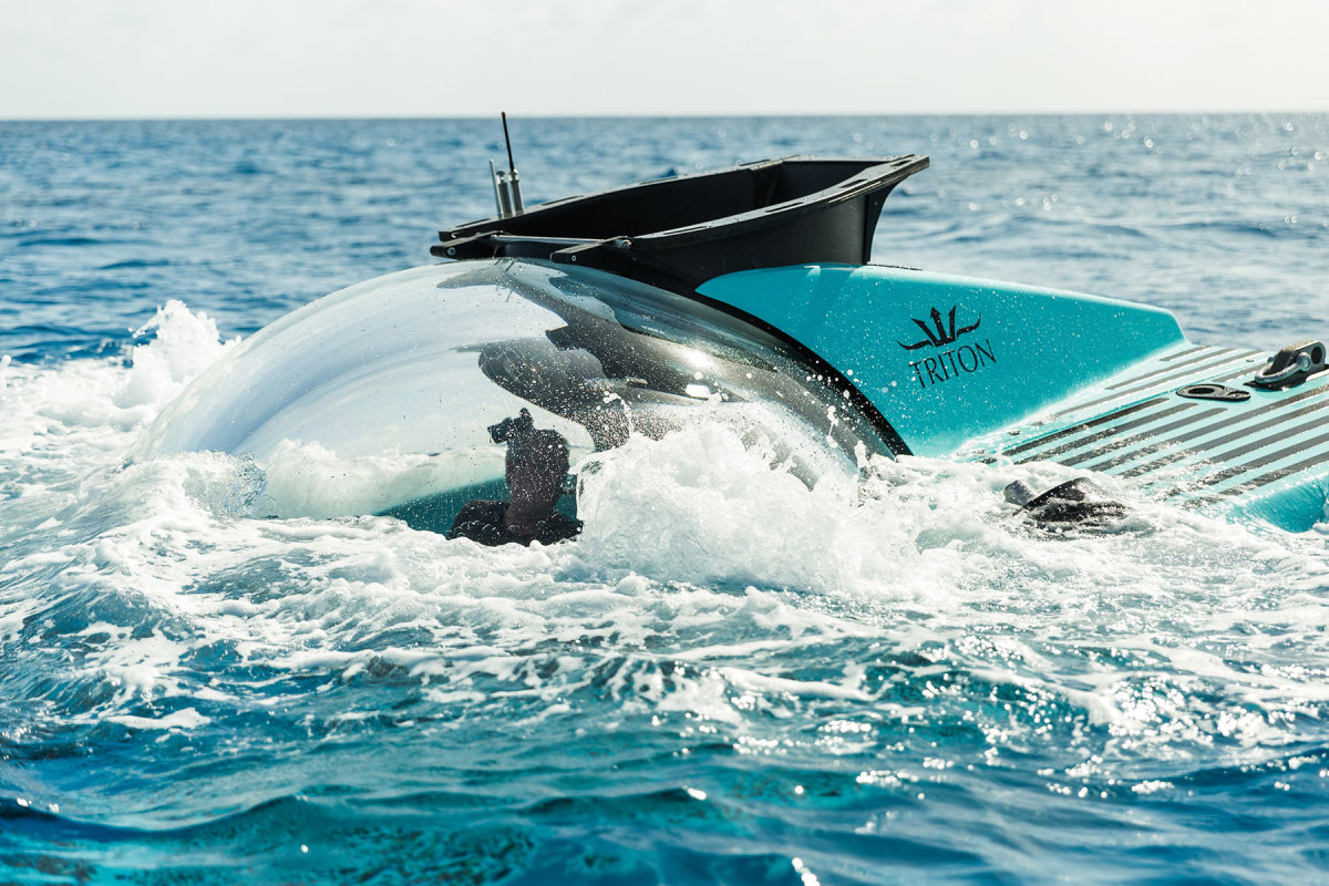 Triton-3300-6-semi-submerged-(c)Triton-Submarines